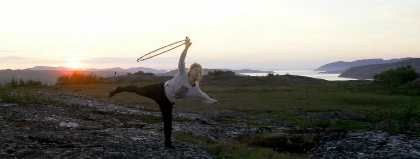 Miia Hemanus vannetanssimassa Norjan vuonoilla